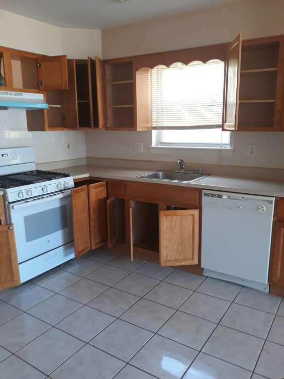 Cocina renovada, estufa y refrigerador casi nuevos, muy poco uso.