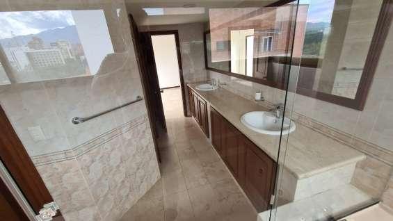 Elegantes y funcionales baños